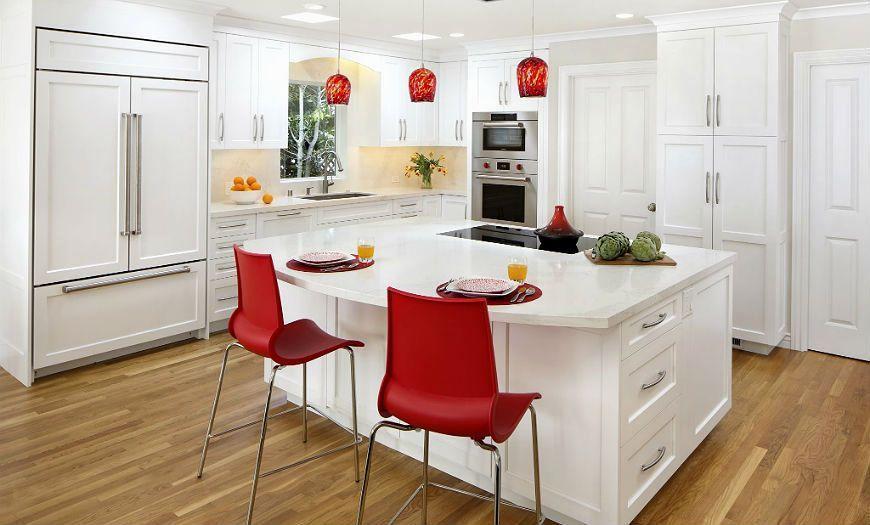 белая кухня с красным декором