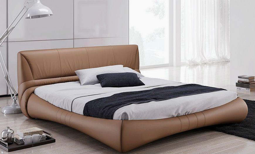 Кровать без ножек в спальной комнате.