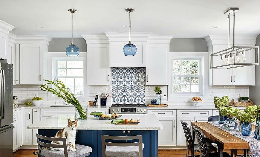 белая кухня с синим