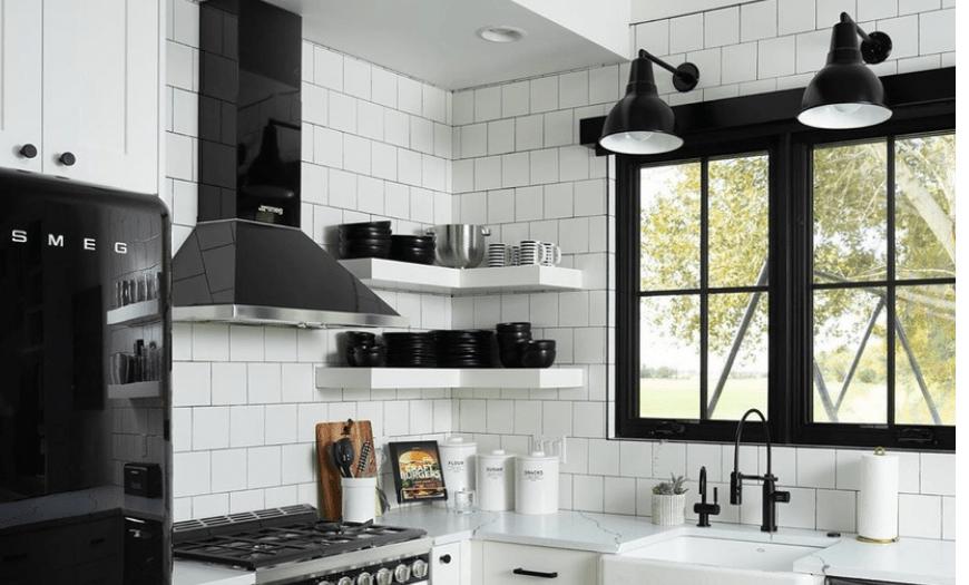 Белая кухня с черным декором