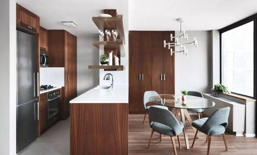 Совмещенная с гостиной с элементами дерева