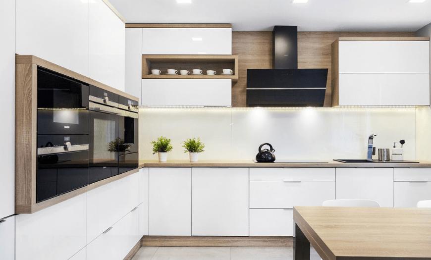 белая глянцевая кухня с деревянной столешницей
