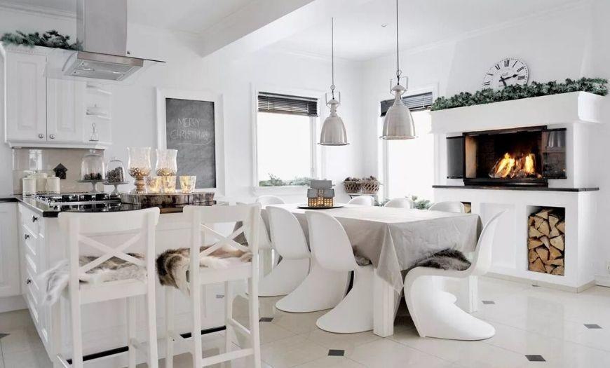 Кухня с каминном в частном доме.