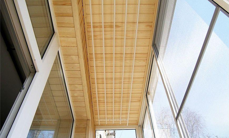 Балкон, отделанный дранкой.