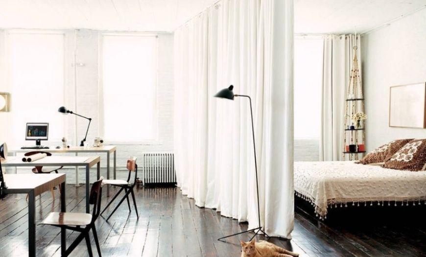 Спальное место в квартире-студии в белых тоннах