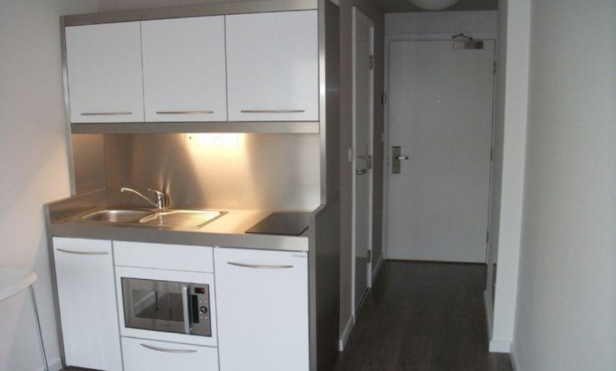 Компактная кухня квартиры-студии.