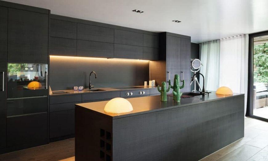 Кухня в стиле модерн в теёмных тоннах.
