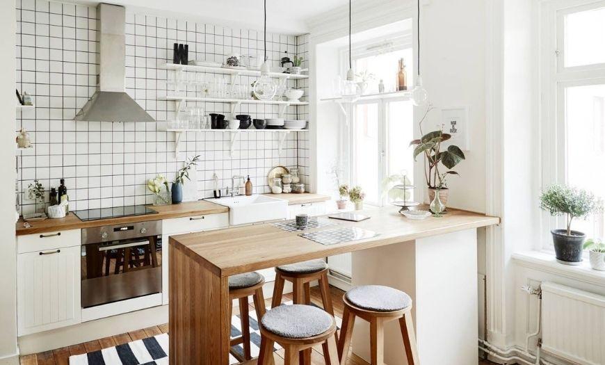 Кухня в светлых тонах с элементами дерева.