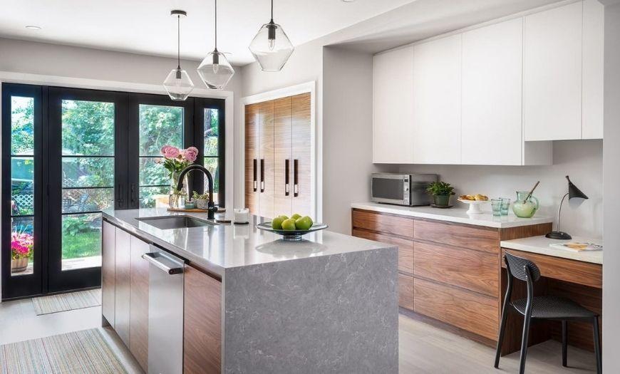 Кухня в стиле модерн с элементами дерева.