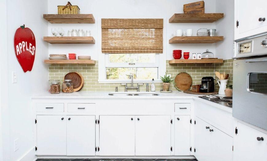 Кухня в стиле кантри в белых тонах.