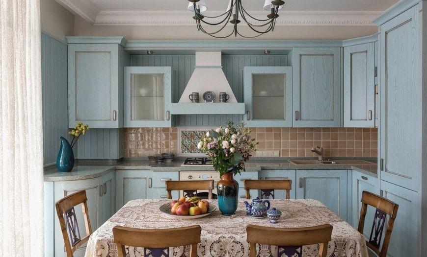 Кухня в стиле кантри в постельных тоннах.