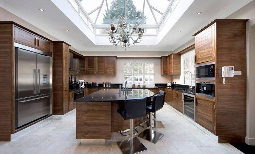 Кухня в частном доме с элементами дерева.