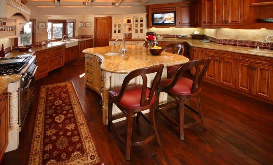 Кухня в стиле кантри с применением красного дерева.