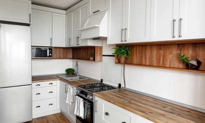деревянная столешница для белой кухни
