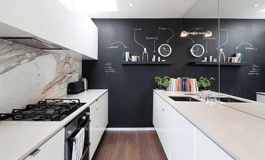 Отделка стен в белой кухне
