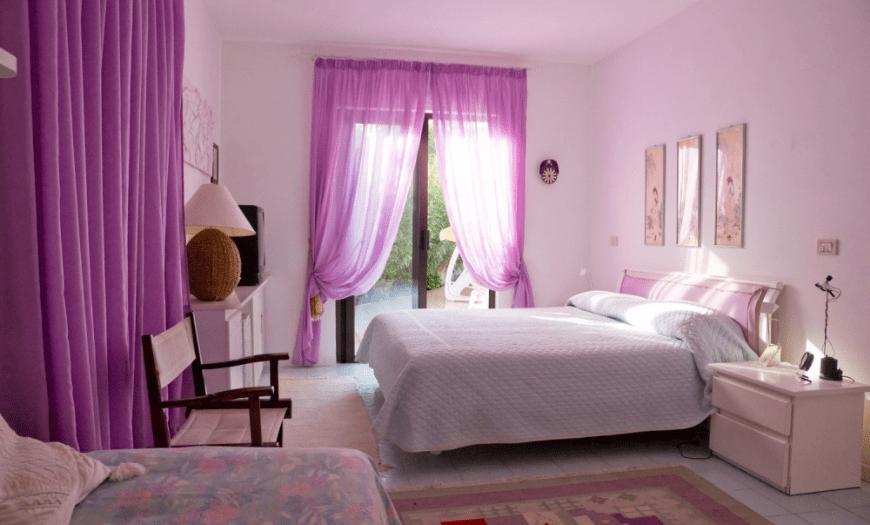 розовые обои в спальне какие шторы