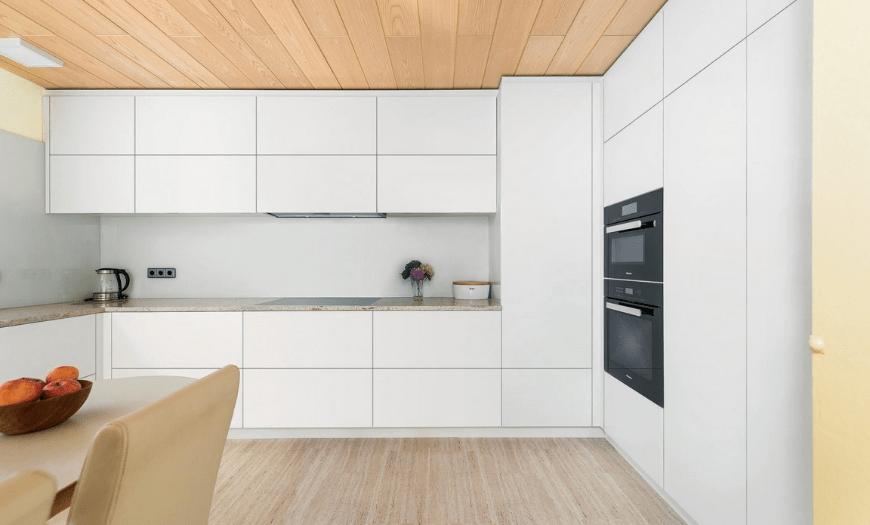 кухни с шкафами под потолок