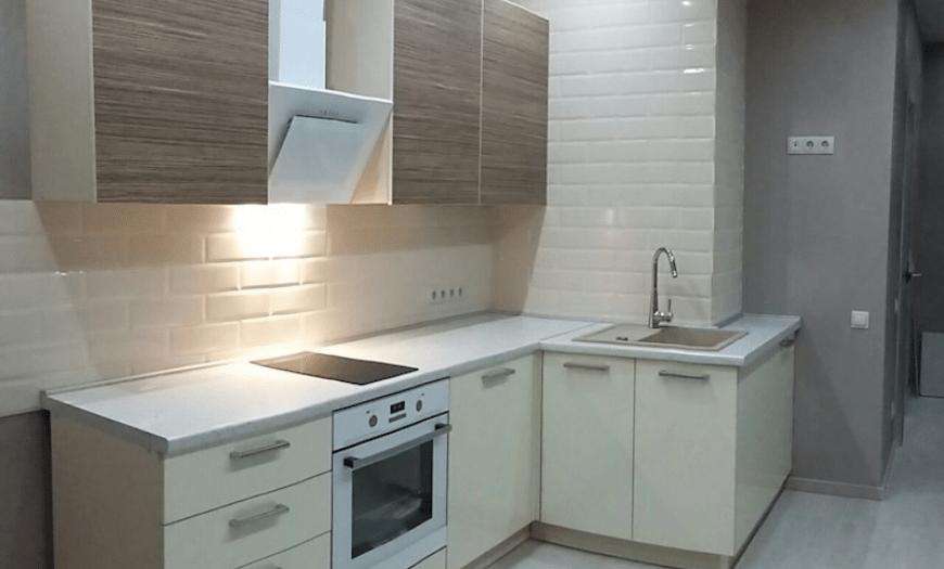 кухня с вентиляционным коробом в углу