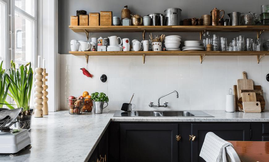кухня с открытыми полками