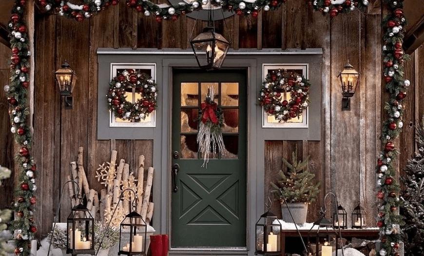 Входная дверь украшенная на новый год