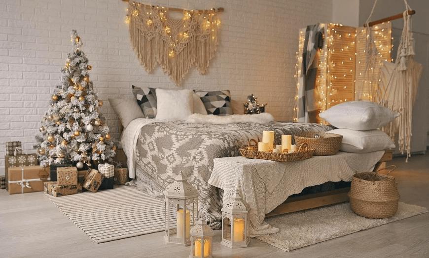 Новогодняя спальня светлых тонов