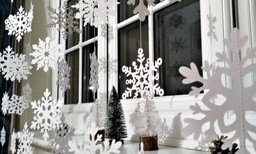 украшение снежинками