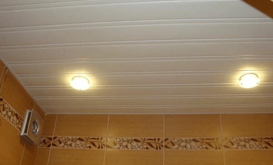 Отделка потолка санузла
